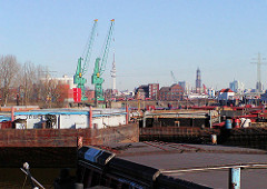 Schuten und Arbeitsschiffe im Travehafen, Hamburg Steinwerder - im Hintergrund die Ellerholzschleuse und der Kirchturm der St. Michaeliskirche und der Fernsehturm.