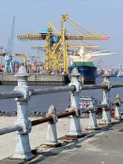 Altes Geländer an der ehem. Durchfahrt vom Kaiser-Wilhelm-Hafen zum Ellerholzhafen - im Hintergrund ein Frachtschiff unter Hafenkränen (2002) - Bilder aus der Hansestadt Hamburg / Hafenstadt an der Elbe.