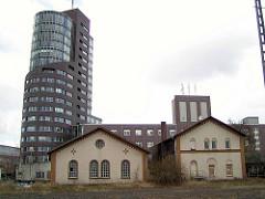 Blick vom ehem. Güterbahnhof zum Channel Tower in Hamburg Harburg; historische Architektur vom ehem. Staatsbahnhof Harburg am Schellerdamm. (2002)