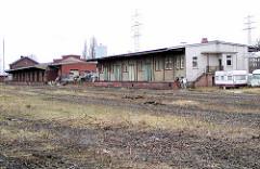 Lagerhallen mit Laderampen - Reste der Bebauung am Güterbahnhof Hamburg Harburg. (2002)