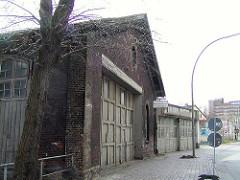 Alte Schuppen beim Bahngelände am Schellerdamm von Hamburg Harburg 2002.