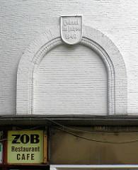 Leerstehender Luftschutzbunker / Zombeckbunker am ZOB in Hamburg St. Georg; das ehem. Schnellrestaurant kurz vor dem Abriss. Schild am Eingang des Bunkers - Gebaut im Jahre 1940 / ZOB Restaurant Cafe.
