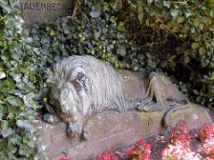 Bronzeskulptur liegender Löwe - Tierbildhauer Josef Pallenberg - am  Hagenbeck-Familiengrab auf dem Hamburger Parkfriehof Ohlsdorf - die Skulptur wurde 2014 von Metalldieben gestohlen.