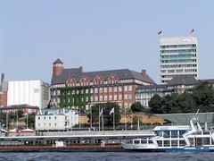 St. Pauli  Landungsbrücken  - Ausflugsschiff Concordia; im Hintergrund die ehem. Navigationsschule, errichtet 1905 - Architekt Albert Erbe. Rechts das ehm. Verwaltungsgebäude der Astra-Brauerei, errichtet 1970. (2002)