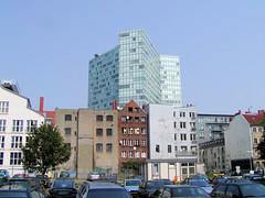 Bilder aus dem Hamburger Stadtteil Neustadt, Bezirk Hamburg Mitte. Blick über einen Parkplatz an der Kaiser-Wilhelm-Straße, dahinter Häuser an der Speckstraße / Gängeviertel (2002).