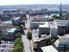 Luftaufnahme vom Alten Fischmarkt und der Brandstwiete in der Hamburger Altstadt; lks. der Domplatz als Parkplatz. (2002)