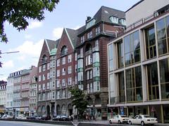 Fotos aus der Dammtorstraße in der Hamburger Neustadt - Innenstadt.  Historische Architektur in Hamburg - re. die Staatsoper, errichtet 1955 - Architekt Gerhard Weger; dahinter das Gebäude der Schwanenapotheke, gebaut 1912.