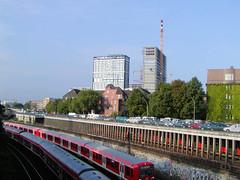 Bilder aus dem Hamburger Stadtteil St. Georg, Bezirk Mitte. Blick über die Bahngleise - fahrende U-Bahnzüge - zur Hauptfeuerwache Berliner Tor. (2002)