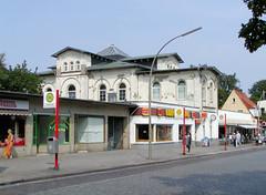 Bilder vom Bahnhof  im Hamburger Stadtteil Blankenese. Das Bahnhofsgebäude wurde 1867 errichtet und 2007 restauriert. (2002)