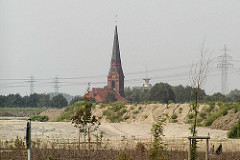 Areal vom Containerlager und Gewerbegebiet in Hamburg Altenwerder - Kirche St. Gertrud und Stellwerk vom Güterbahnhof Alte Süderelbe. (2002)