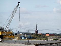 Baustelle Kaianlage vom Containerterminal Hamburg Altenwerder - Kirchturm der St. Gertrudkirche. (2002)