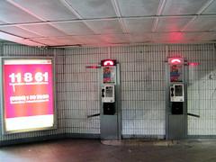 Fotos aus dem Hamburger Stadtteil   St. Georg, Bezirk Hamburg Mitte; öffentliche Fernsprecher im Bahnhof Berliner Tor.  (2002)