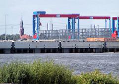Blick über die Süderelbe zum entstehenden Containerterminal Hamburg Altenwerder - Kirchturm der St. Gertrudkirche. (2002)