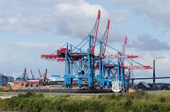 Teilweise fertig gestelltes Container Terminal Hamburg Altenwerder; Containerkräne - im Hintergrund die Köhlbrandbrücke. (2002)