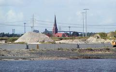 Blick über den Köhlbrand / Süderelbe zur entstehenden Kaianlage vom Container Terminal Altenwerder - Schuttberge und Kirche St. Gertrud. (2002)