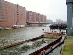 Mit Schlamm / Baggergut gefüllte Schuten am Kaiserkai - Blick in den Sandtorhafen; Bilder von der Entwicklung der Hamburger Hafencity.  (2003)