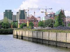 Ende des Ericusgrabens, der eine Verbindung zwischen Oberhafenkanal und Magedburger Hafen darstellt. Im Hintergrund die Kaffeelagerei beim Sandtorhafen und die Baukräne der Grossbaustelle am Sandtorhafen der Hafencity (2004)