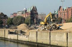 Abriss der Kaimauern am Ericusgraben - im Hintergrund Speichergebäude am Brooktorkai. 2005