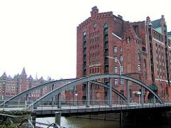 Magdeburger Brücke über den Magdeburger Hafen, Hafenbecken im Hamburger Hafen - Gebäude vom Kaispeicher B; im Hintergrund Speichergebäude der Speicherstadt am Brooktorkai. ( 2003 )