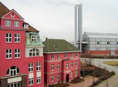 Gebäude vom Alten Hafenamt / Strom und Hafenbau, Vorgänger der HPA - Hamburg Port Authority ( 2003 ); im Hintergrund das Heizkraftwerk Hafencity.