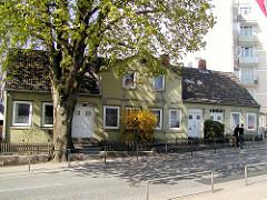 Doppelhaus mit hohen Kastanienbaum in der Ohlsdorfer Straße in Hamburg Winterhude, daneben ein mehrstöckiger Wohnblock. ( 2003 )