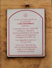 Tafel am Haus Lincolnstrasse 33 in Hamburg St. Pauli: In diesem Hause wurde am 10. Juni 1844 Carl Hagenbeck geboren. Er gründete den am 7. Mai 1907 eröffneten Tierpark in Hamburg-Stellingen. Schon sein Vater, der hier eine Fischhandlung betrieb,