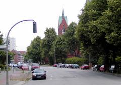 Altes Foto von der Hufnerstraße in Hamburg Barmbek - der Kirchturm der neugotischen  Heiliggeistkirche ist zwischen den Bäumen zu erkennen.