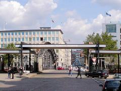 Altere Aufnahme von der Zollstation an der Brooksbrücke  im Hamburger Freihafen; Abfertigung Gebäude vom Hamburger Zoll - Aufschrift Zollabfertigung Schritt fahren (2003)