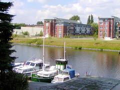Fotos vom Verlauf der Bille in Hamburg; Marina / Motorboote am Billeufer - im Hintergrund Wohngebäude an der Steinbeker Straße in Hamm.