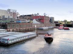 Fotos vom Verlauf der Bille in Hamburg; Industrieanlagen und Schuten in Hammerbrook - im Hintergrund die Straßenbrücke am Heidenkampsweg.