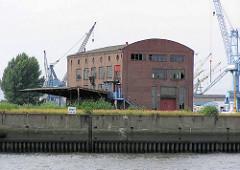 Alte Industriearchitektur / Ziegelgebäude ehem. Werftgelände am Reiherstieg im Hamburger Stadtteil Kleiner Grasbrook; jetzt abgerissen ( 2003).