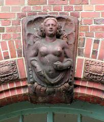 Terrakottafigur / Nackte Frau im Muschelornament üüber dem alten Eingang  vom Allgemeinen Krankenhaus Eilbek  in Hamburg.
