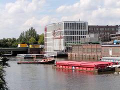 Fotos vom Verlauf der Bille in Hamburg; Industrieanlagen und Schuten in Hammerbrook - im Hintergrund die Straßenbrücke der Amsinckstraße.