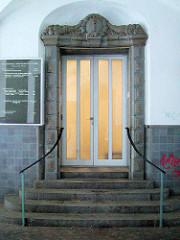 Ältere Ansicht vom Eingangsbereich des  Allgemeinen Krankenhauses Eilbek in Hamburg - Tür verziert mit Terrakotta - Schmuckelementen.