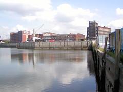 Fotos aus dem Hamburger Stadtteil Rothenburgsort; Blick über den Billhafen zu Gewerbegebäuden / Verwaltungshäusern am Brandshofer Deich (2003).