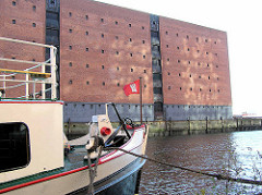 Der Kaispeicher A / ehem. Lagerhaus  auf dem Großen Grasbrook om der Hamburger  HafenCity.  In erster Ausführung wurde er 1875 durch Johannes Dalmann erbaut und zu Ehren Wilhelms I. auch Kaiserspeicher genannt. Nach Zerstörungen im Zweiten Weltkr