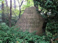 Gedenkstein im Wandsbeker Gehölz - Inschrift wanderer verneige in ehrfurcht dein haupt vor dem tod und der tapferkeit 1914 - 1918.