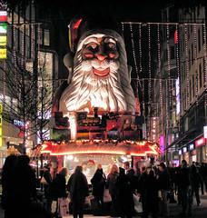 Verkaufsstand mit Weihnachtsmann-Büste in der Spitaler Straße, Hamburger Innenstadt.