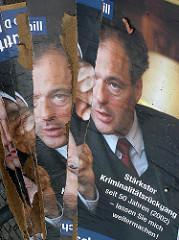 Wahlkampf zur Bürgerschaftswahl 2004 in der Hansestadt Hamburg - zerstörte Wahlkampfplakate von Ronald Schill, ehem. Innensenator Hamburgs; Osterstraße - Hamburg Eimsbüttel.