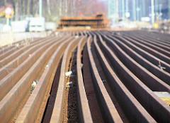 Stillgelegter Güterbahnhof Hellbrookstrasse in Hamburg Barmbek - die Eisenbahnschienen sind ausgebaut und auf dem Gelände gestapelt.
