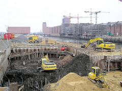Bauarbeiten am Kaiserkai im Hamburger Sandtorhafen - Rohbauten am Kai, Kaispeicher A im Hintergrund (2004)