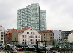 Blick von der Kaiser Wilhelm Strasse zum Gängeviertel an der Speckstrasse - Bürohochhaus / Unileverhochhaus; eingezäunter Parkplatz.