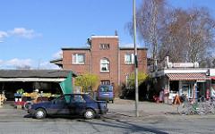 Flachbauten mit Einzelhandel - Gebäude des ehem. Güterbahnhof Ochsenzoll in der Langenhorner Chaussee.