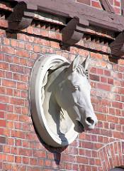 Pferdekopf / Stuckdekor an der Fassade der alten Remise vom Allgemeinen Krankenhaus Ochsenzoll.