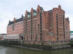 Blick über den Brooktohafen zum Kaispeicher B -  vor dem Umbau zum Maritimen Museum Hamburg, 2004.