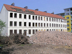 Beginn vom Abriss der Wohnhäuser an der Talstrasse - Der umstrittene Abriss der Terrassenhäuser in der Talstrasse 69 begann 2002; ab 2004 war die Vernichtung des historischen Wohnraums abgeschlossen und die Neubebauung des Geländes begann.
