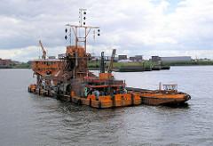 Kettenbagger HEIMDALL mit Schute im Hamburger Hafen.