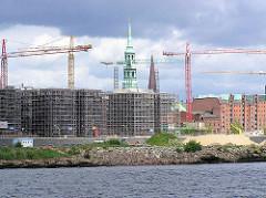 Blick über den Grasbrookhafen / Dalmannkai zum Sandtorhafen / Sandtorkai - eingerüstete Rohbauten, Baustellen der entstehenden Hafencity; Kirchtürme der St. Katharinenkirche und Jacobikirche. (2004)