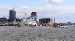 Blick von der Elbe zum Hamburger Freihafen / Kehrwieder; im Vordergrund das Museumsschiff Cap San Diego, re. der Kaispeicher A am Kaiserhöft.