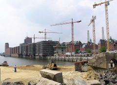Sandarbeiten, Bagger an der Baustelle der Magellan-Terrassen im Hamburger Sandtorhafen - Baustellen / Rohbauten und Baukräne am Sandtorkai; Speichergebäude und Kesselhaus. (2004)